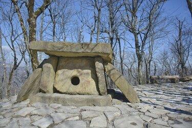 Дольмен на Маркхотском хребте в Геленджике (1).JPG