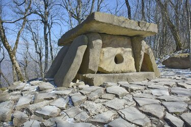 Дольмен на Маркхотском хребте в Геленджике (2).JPG