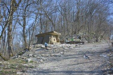 Дольмен на Маркхотском хребте в Геленджике (3).JPG